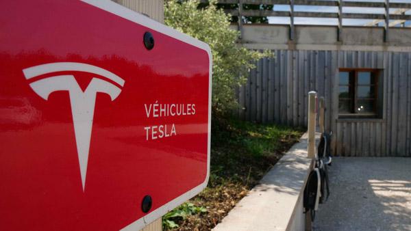 Borne de recharge Tesla à l'hôtel restaurant Le Tillau